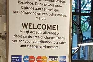 We don't accept cash ! Marqt une enseigne BIO hollandaise militante qui n'accepte que les ''credit cards''! Sustenable ?