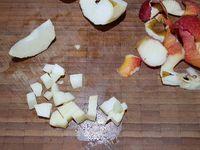 1 - Presser 1/2 citron dans un récipient. Peler et tailler les pomme et poire en petits dés, les verser dans le récipient avec le jus de citron pour éviter l'oxydation et mélanger délicatement. Les faire dorer dans une poêle avec une noix de beurre quelques minutes, verser le calvados, faire flamber, laisser caraméliser. Oter du feu et laisser refroidir dans un récipient.