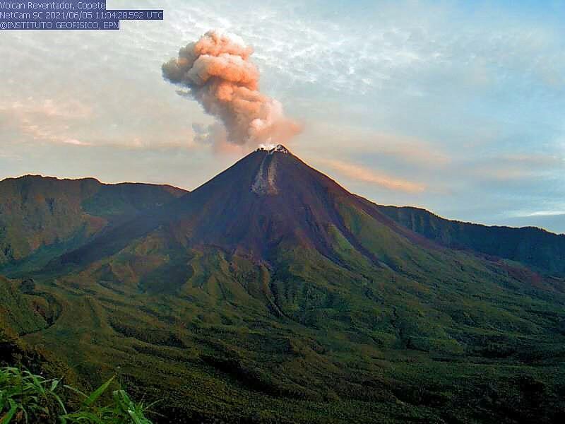 Reventador - plume of ash and gas - photo 05.06.2021 / IGEPN webcam Copete