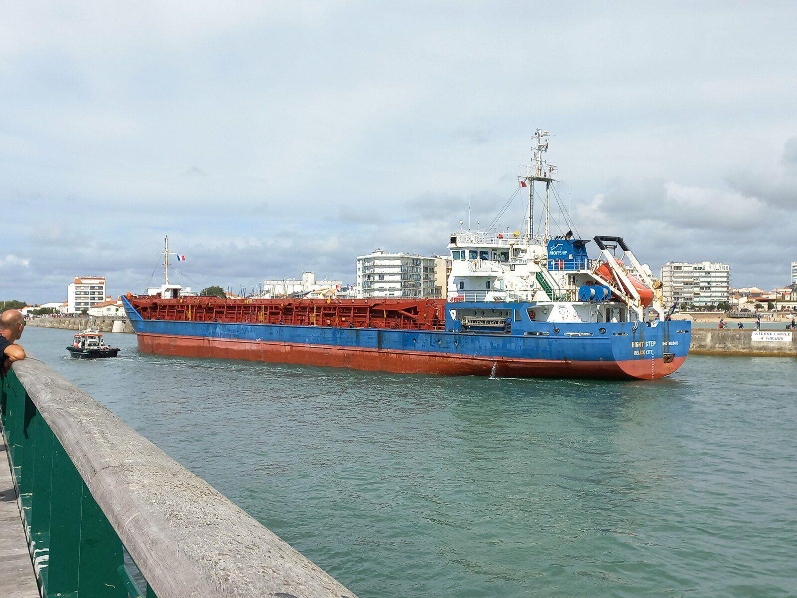 Le cargo Right Step entrant dans le Port des Sables d'Olonne