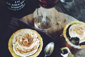 ▲ Tartelettes au chocolat, meringuées au éclats de pralins ▲