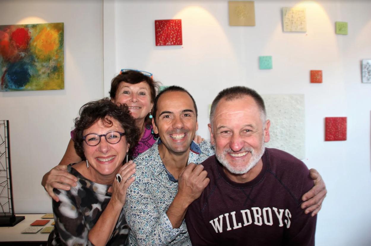 Ma maman et moi, affiche poaa, une gravure de Richard et un de mes mobiles muraux, Richard et son oeuvre, les céramiques d'Emmanuelle et les amis Tic Tic en joie !