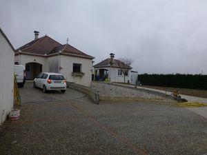 Victor devant le colombier derrière la maison en cours de renovation