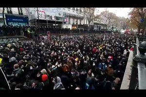 Ils sont des milliers à Paris malgré la forte répression