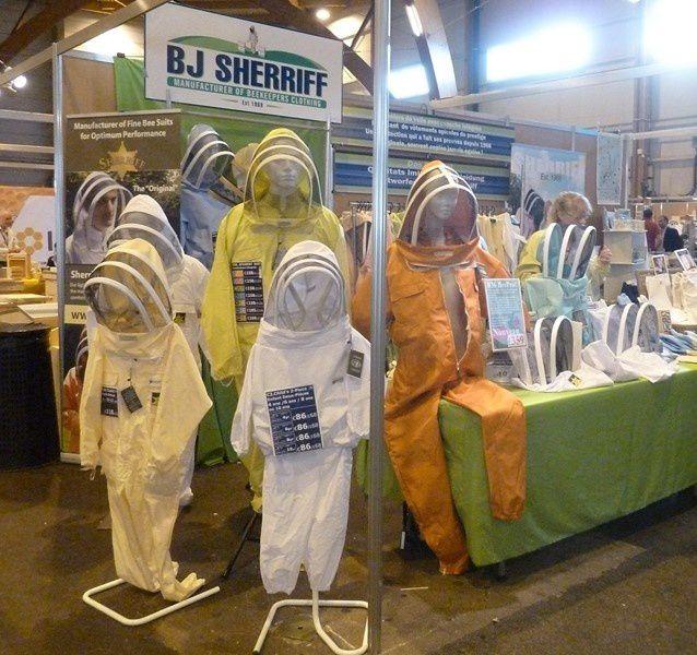 du matériel, du miel, du nougat, des vêtements de protection...