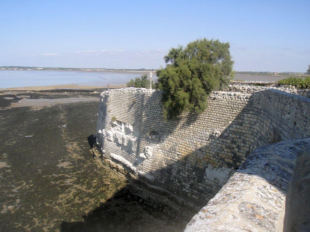 TALMONT SUR GIRONDE Citadelle du Moyen Age campée sur son promontoire rocheux