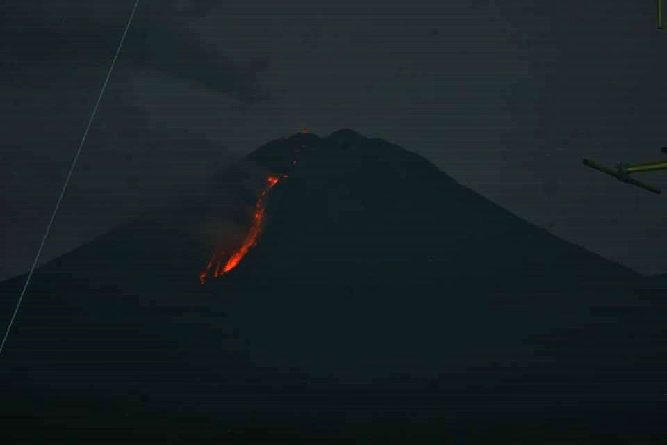 Semeru - the lava flow degassing on 11/28/2020 - photo Rizal / Twitter