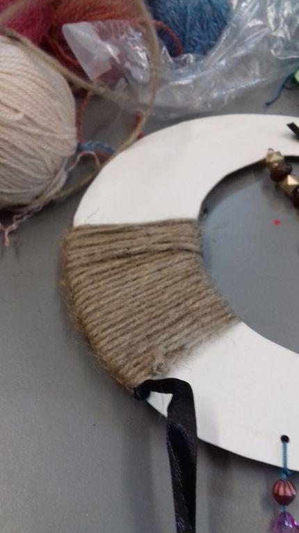 tressage en laine jaune et encordage en laine verte ou tressage en fil bleu et encordage en ruban bleu :
