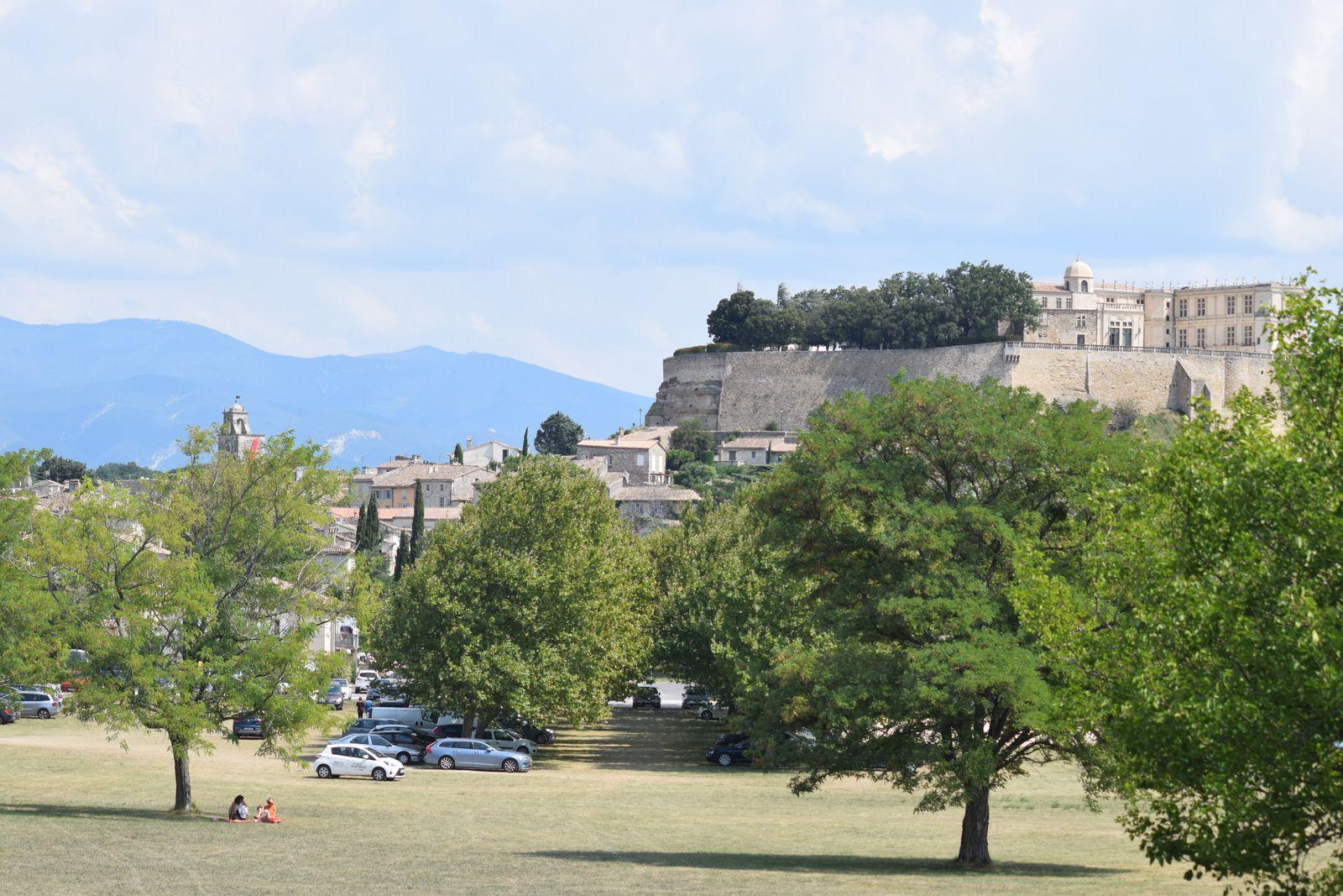 """Grignan est une commune française située dans le département de la Drôme en région Auvergne-Rhône-Alpes. La commune est membre de l'association """"Les Plus Beaux Villages de France."""""""