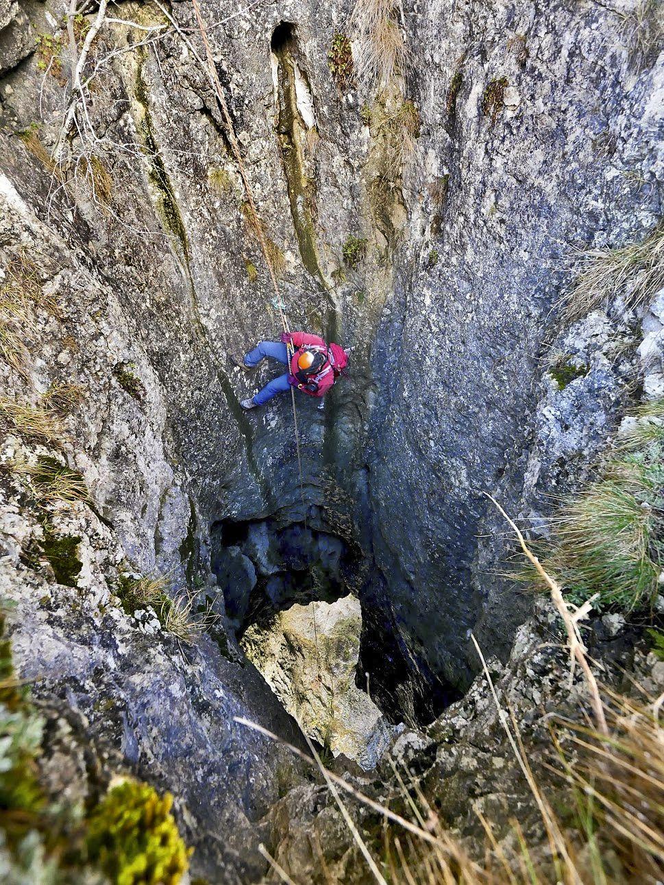 Le puits s'évase rapidement pour atteindre une dizaine de mètres de diamètre (photo Laurent Jacquet).