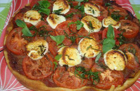Tarte fine aux tomates, oignons rouges & basilic