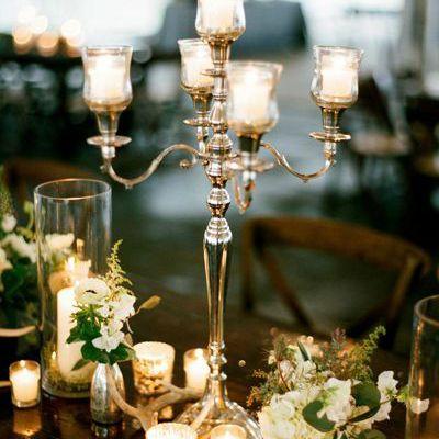 Décor de table chic avec chandelier argent bougeoir et parfois effet miroir