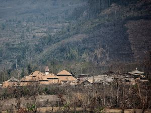 The village of Suka Meriah: left, the 02.18.2015 after the pyroclastic flow - photo Sadrah Peranginangin - right, the same village a year earlier - photo Pierre Quiqueré / Kapt. Krokette - a click to enlarge