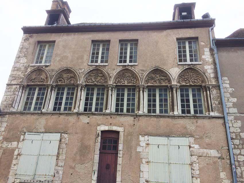 Maison canoniale aux tympans sculptés. Ph. Delahaye.