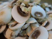 Champignons et cuisson avec eau bouillante et beurre