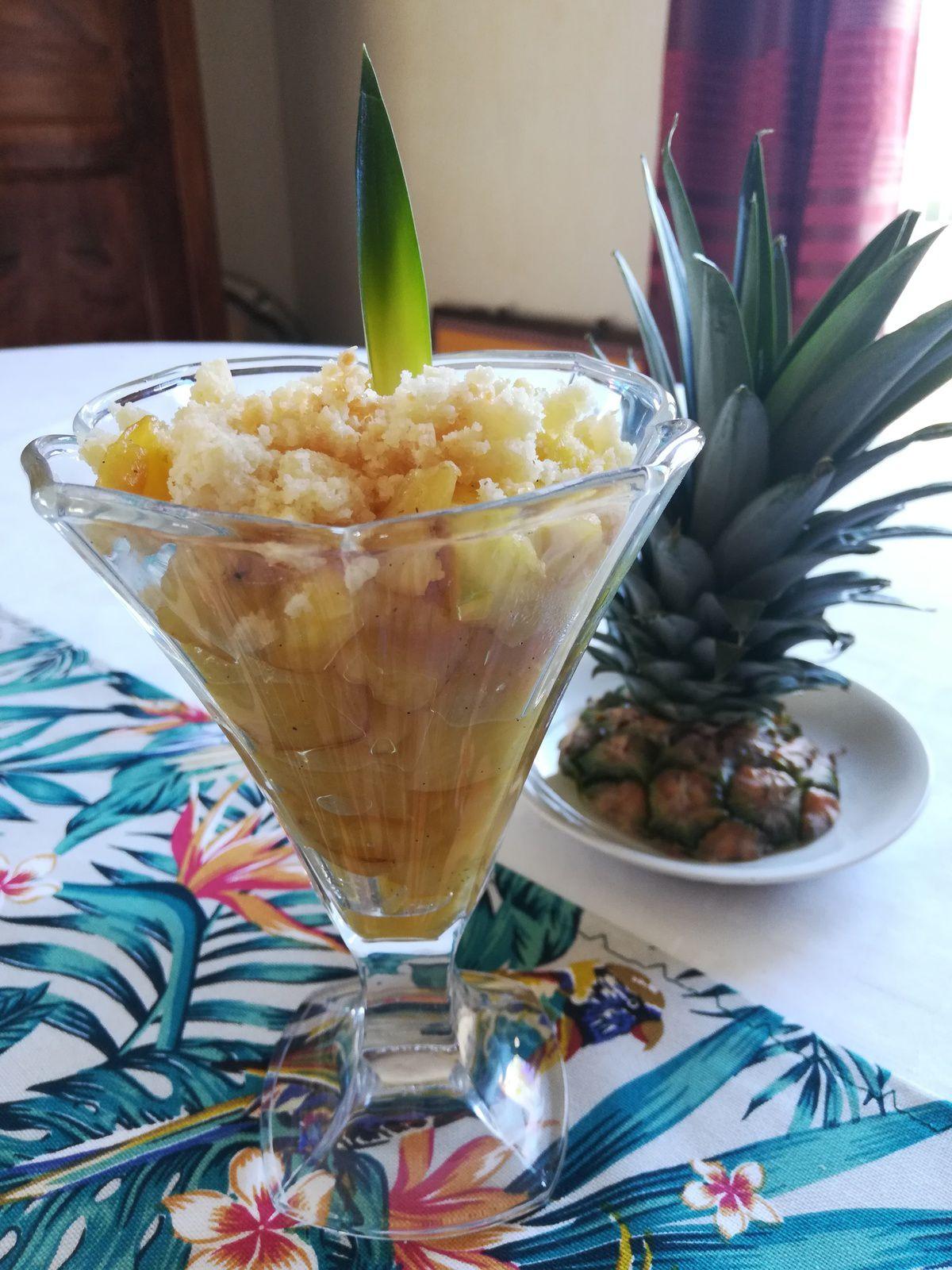 verrines d'ananas frais et son crumble à la noix de coco