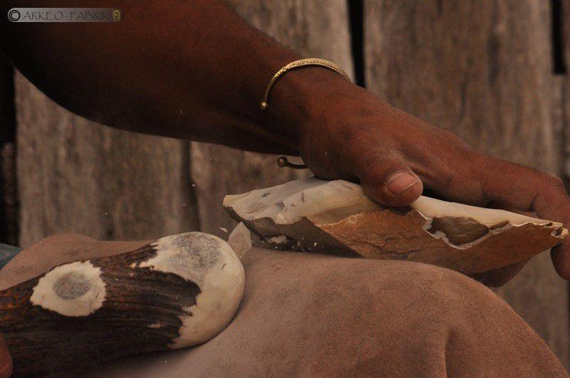 Fabrication de haches en silex, démonstration au Musées des Tumulus de Bougon.