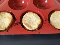 3 - Mettre le four à préchauffer th 6 (180°). Etaler votre pâte et découper des disques avec un emporte-pièce rond au diamètre des formes de votre moule en silicone (sphères). Si vous n'avez qu'un seul moule, garder les 3 disques restant pour une 2ème fournée (augenter les proportions de garniture dans ce cas). Répartir les pommes caramélisées dans les sphères du moule en les tassant bien sans laisser de vide et recouvrir avec la pâte piquée à la fourchette pour qu'elle ne gonfle pas. Mettre au four th 6 (180) pour 25 mn en surveillant.