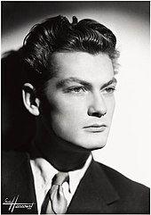 jean marais, un grand acteur et chanteur français qui fut le compagnon de Cocteau jusqu'à sa mort et se revendiqua toujours homosexuel