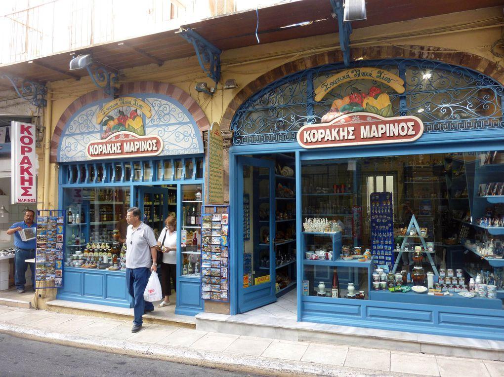 Chios où est né Homère est située à 8 miles de la côte turque. Chios est très animée, mais sa modernité résonne des bruits et influences de l'Orient comme l'on peut voir dans ses vieux quartiers.