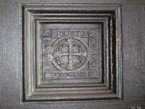 Porta d'ingresso della chiesa prepositurale SS. Pietro e Paolo. Sulle formelle in legno della porta di ingresso sono scolpiti i nomi dei caduti lissonesi della guerra 1915-1918