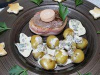 4 - Découper des étoiles dans les tranches de pain de mie avec un emporte-pièce et les toaster au grill. Mettre un bon morceau de beurre dans une poêle et y faire cuire les tournedos pendant 2 à 3 mn sur chaque face suivant épaisseur et goûts, saler et poivrer. Sur des assiettes de service déposer les tournedos (sans oublier de retirer la ficelle de cuisine qui maintenait le lard), puis quelques pommes de terre, placer les médaillons de foie gras sur les tournedos, napper les pommes de terre de sauce. Décorer rapidement avec quelques feuilles de persil et étoiles toastées et finir par une petite pincée de fleur de sel sur le foie gras. Servir de suite.