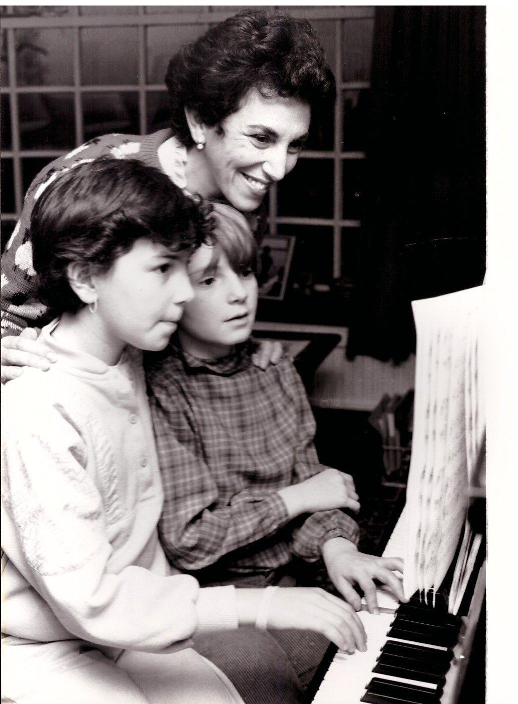 4 Photos de Presse. Edwina Currie avec son mari Ray Currie et leurs filles Susie et Debbie à leur domicile 1986