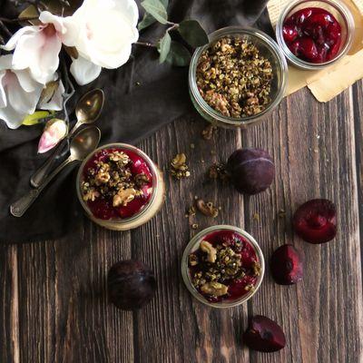 Tiramisu aux prunes et son granola aux noix