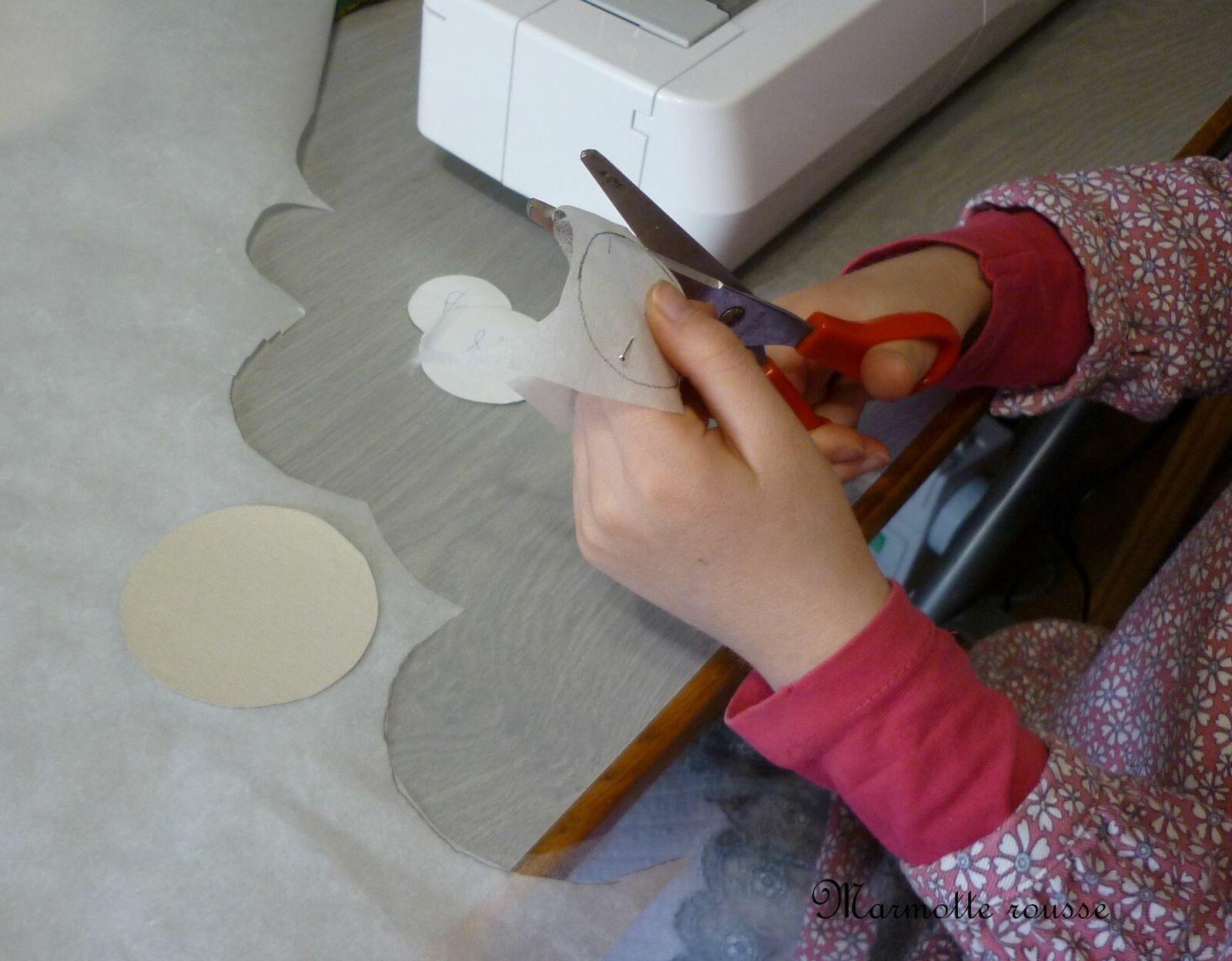 Dessiner des ronds sur le vliesofix et les découper.