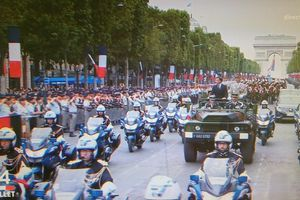 ALERTE - Macron sifflé et hué jusqu'au fond de l'espace lors de la descente des Champs-Elysées, finalement, çà me réconcilie presque avec cette fête nationale ! Allez une autre révolution,  apres tout ce sont nos impôts!  Et comme on n'a même plus, le droit d'y assister!  Le comble quand même!