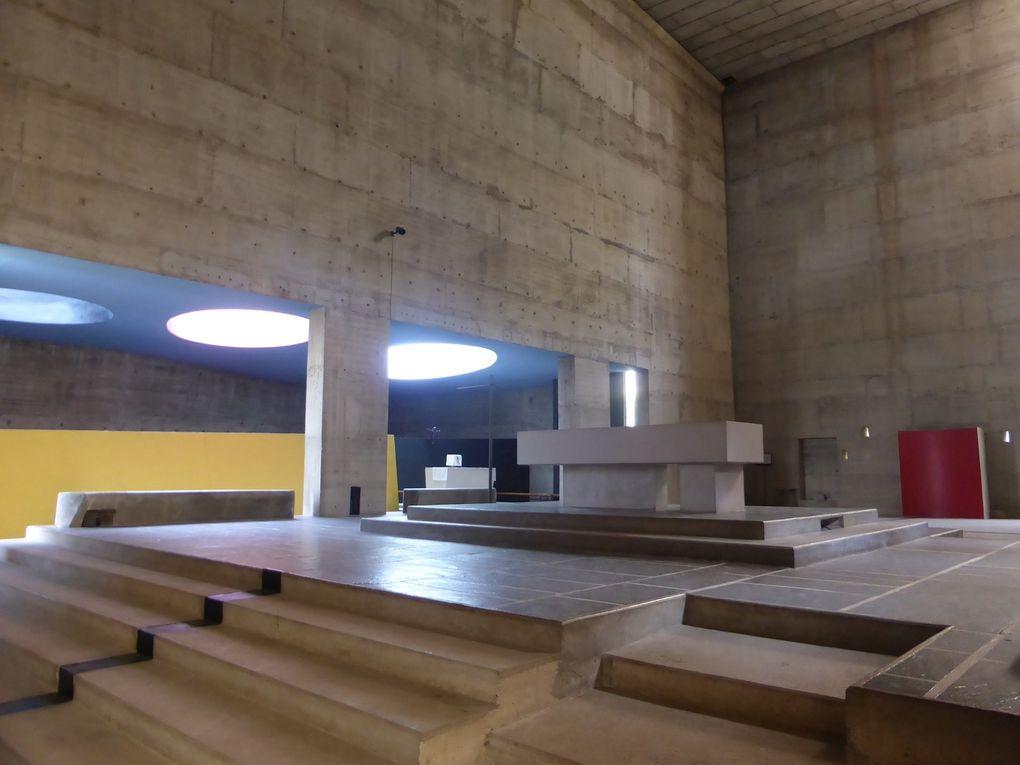 Anish Kapoor, Spire 4, 2007, acier inox, 300 x 300 x 300 cm.. Exposition Anish Kapoor chez Le Corbusier, couvent de La Tourette © Le Curieux des arts Gilles Kraemer, présentation presse, 9 septembre 2015
