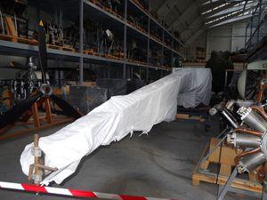 Le fuselage du Spad XIII N°8340 et le fuselage sous voile blanc de l'unique Blériot IX (sera t-il exposé ou mis dans le hangar bois et toile?)