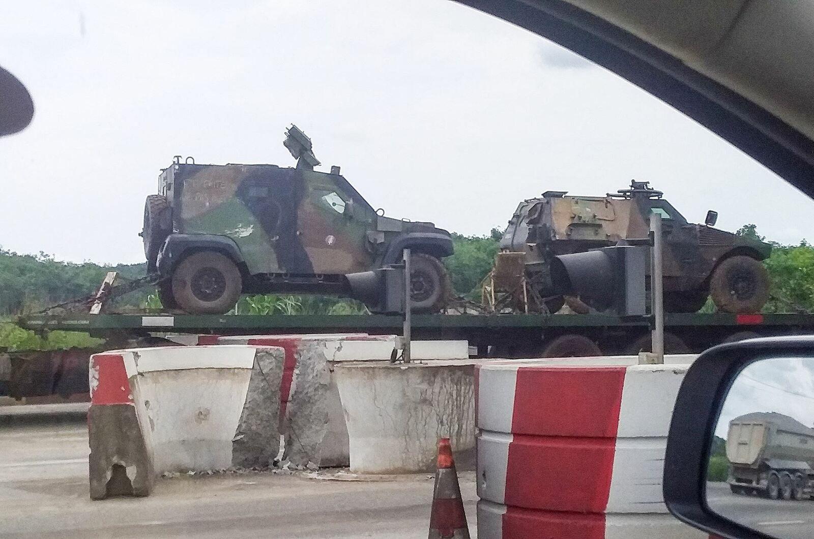 A sortie d'Abidjan : Un convoi transportant des véhicules de Barkhane.