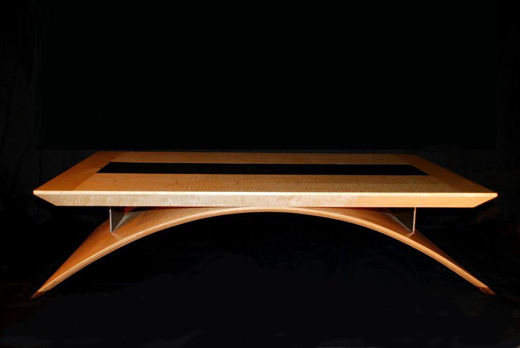 Trois tables basses très différentes dans un esprit contemporain.