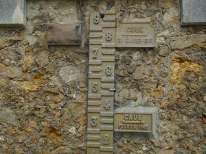 Les plaques des crues à Carrières, la maison des éclusiers, et l'ancienne écluse.
