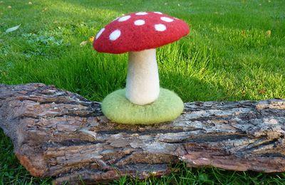 Atelier je fabrique un champignon en laine cardée