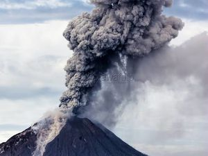 Sinabung - photos Endro Lewa the 02.12.201, respectively at 7:43 and 8:04 WIB - a click to enlarge