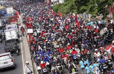 Trois millions d'ouvriers indonésiens en grève, 200 000 manifestants dans les rues de Djakarta contre la précarité généralisée et les salaires de misère