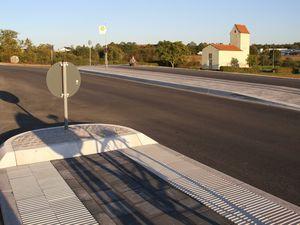 Mobilitätstrainer Hellmuth Platz vom in der Nachbarschaft gelegenen Berufsförderungswerk für Blinde und Sehbehinderte freut sich zusammen mit dem Bürgermeister über die neuen blindengerecht angelegten Fußgänger-Überwege