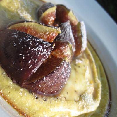 clafoutis de figues et vanille fait dans l'assiette