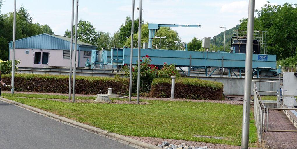 Siebert (links im Bild) erläuterte ausführlich, wie das Abwasser, zu 98 Prozent gereinigt, glasklar dem Main zufließt.
