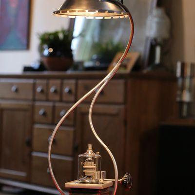 Création lampe luminaire unique détournement upcycling soufflet d'agrandisseur photo vintage esprit Steampunk