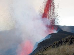 Sierra Negra - à gauche, le 23.10.2005, au 2° jour de l'éruption - photo  Minard Hall EPN - à droite, le 24.10.2005, au 3° jour de l'éruption - photo Gregg Estes / GVP