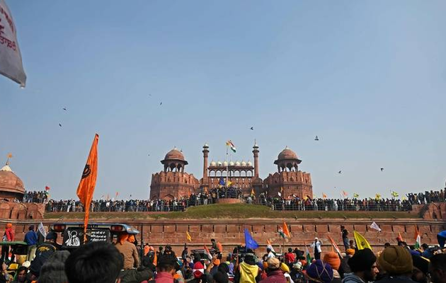 India protest: Farmers swarm Red Fort, hoist pennant