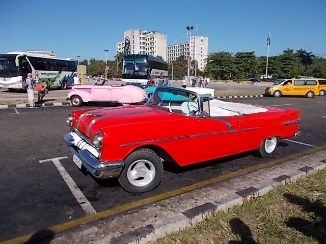 de belles américaines agées avec des moteurs mercedes et toyota ,  un cuba libre : 90 % de coca cola et 10 % de ron cubain......