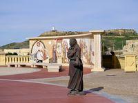 Une esplanade impressionnante  qui mène directement au temple sous le regard bienveillant de quelques figures locales statufiées  que je ne saurais nommer, à l'exception peut être de notre chère Bernadette Soubirous Gozitaine.