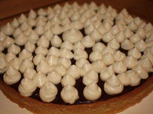 Tarte chocolat noir, caramel aux cacahuètes