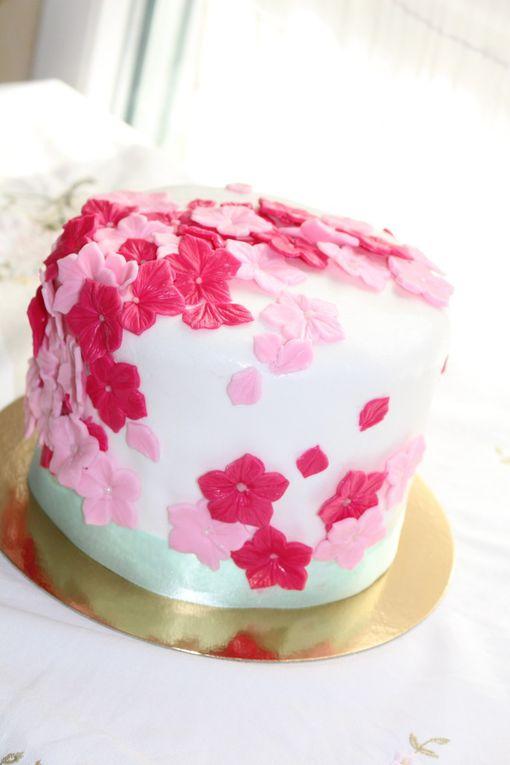 Gâteau au chocolat blanc et framboise, décoration en pâte à sucre
