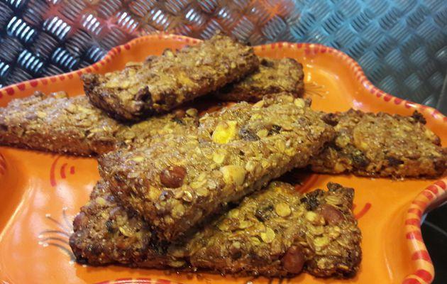 Barres de céréales aux fruits secs( banane.cacahuètes. raisin) cannelle et cardamone