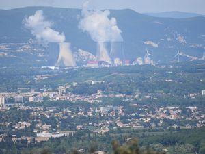 ...et de l'autre côté le Rhône et ces deux centrales Nucléaire, Cruas avec ses panaches de vapeur et celle de Tricastin.
